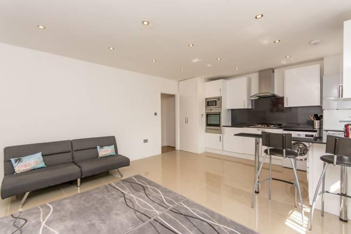 3 Bedrooms Flat for sale in Cecil Road, London